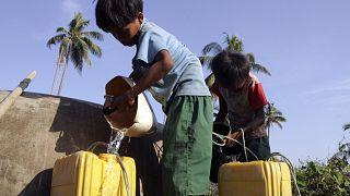 L'acqua è un bene preziosissimo per questo bambino che vive in Myanmar.