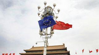 Çin'in başkenti Pekin'in Tiananmen Meydanı'nda asılı AB ve Çin bayrakları (arşiv)