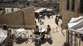 Vendégek egy jeruzsálemi étterem teraszán