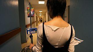 Chica con un trastorno alimenticio en un centro hospitalario.