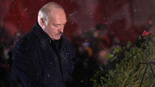 Präsident Alexander Lukaschenko bei der Kranzniederlegung in Chatyn