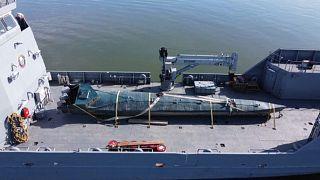 """Das sichergestellte """"Drogen-U-Boot"""" wurde auf ein Schiff verladen"""