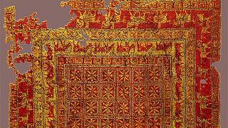 Türk motifli ve çift ilmek düzeneğine sahip 'dünyanın en eski halısı' Pazırık dokumasının Hunlar ya da Uygur Türkleri'ne ait olduğu sanılıyor.