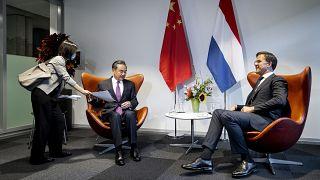 من لقاء سابق جمع بين وزير الخارجية الصيني وانغ يي، ورئيس الوزراء الهولندي مارك روته