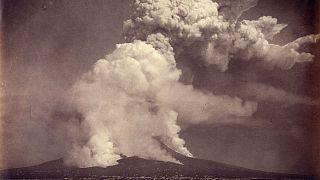 فوران آتشفشان وزوو در ایتالیا مشرف به شهر پمپی در سال ۱۸۷۲