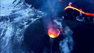 شاهد: سياح يبحثون عن المغامرة بالقرب من فوهة بركان ثائر في روسيا