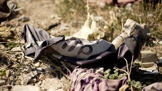 علم داعش ملقى في مخيم عسكري تابع لقوات سوريا الديمقراطية. 2019/03/23