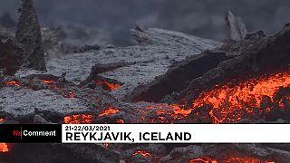 İzlanda'da turistler 6 bin yıl sonra lav püskürten yanardağ çevresini gezdi