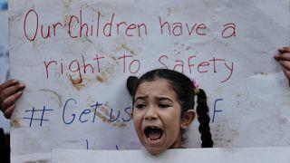 لاجئون سوريون في لبنان خلال احتجاج خارج مقر المفوضية السامية للأمم المتحدة لشؤون اللاجئين