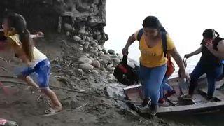 Venezolanos cruzan el río para entrar en Colombia huyendo de los combates