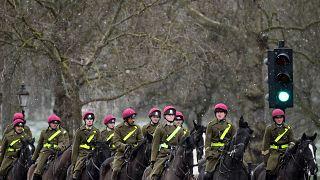 أفراد من كتيبة الخيالة التابعة للجيش البريطاني