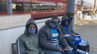 مهاجرون ينتظرون القطار في إيطاليا للذهاب إلى فرنسا