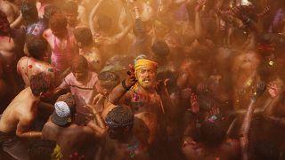 """احتفال """"هولي"""" المقدس في الهند"""