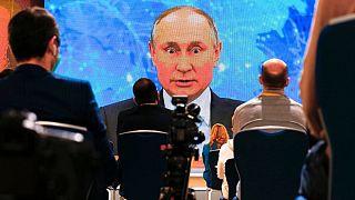 ولادیمیر پوتین، رئیس جمهوری روسیه در حال سخنرانی ویدیویی در مسکو