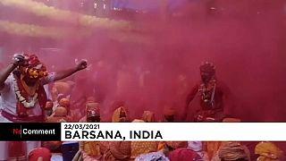 Inder feiern Holi ohne Maske