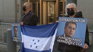 Varias personas exigen la extradición del presidente de Honduras para que sea juzgado en Estados Unidos.