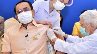 Oltás koronavírus elleni vakcinával Bangkokban