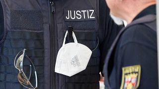 حرس سجون أمام محكمة كوبلنز غربي ألمانيا. 2020/04/23
