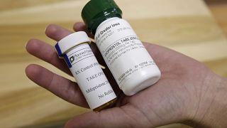 Il farmaco abortivo RU-486 fotografato nel 2010 negli Stati Uniti: la prima pillola è mifepristone, la seconda è misoprostol