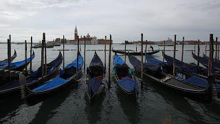 13 marzo 2021, Venezia: gondole ancorate al Canal grande