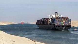 Πλοίο μεταφοράς εμπορευματοκιβωτίων μπλόκαρε τη Διώρυγα του Σουέζ