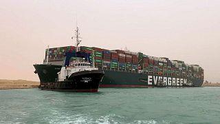 Le MV Ever Given en train d'être sorti par des remorqueurs de la mauvaise posture dans laquelle il se trouvait, le 24 mars 2021