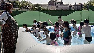 استفاده کودکان از استخرهای موقت تابستانی در حومه شمالی پاریس