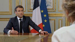"""ماكرون يتحدث إلى الصحفية كارولين رو في قصر الإليزيه في باريس يوم 23  آذار / مارس 2021 في برنامج """"سي-دان لير"""""""