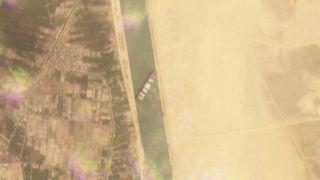 Пробка в Суэцком канале: гигантский контейнеровоз сдвинут с места
