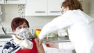 Takács Anikó háziorvos egy pácienst olt be a kínai Sinopharm vakcinával nyírteleki irodájában.