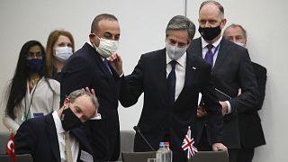Dışişleri Bakanı Mevlüt Çavuşoğlu, ABD Dışişleri Bakanı Antony Blinken (sol) ve İngiltere Dışişleri Bakanı Dominic Raab (oturan) ayaküstü sohbet etti