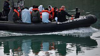 مسؤولو قوة الحدود البريطانية ينقذون مهاجرين عبروا بحر المانش