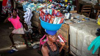 Vendedora ambulante em mercado de Luanda (arquivo)