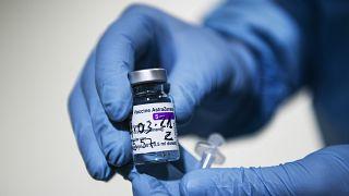Un sanitario muestra una dosis de AstraZeneca