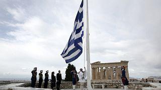 Η έπαρση της σημαίας στον ιερό Βράχο της Ακρόπολης