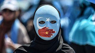 Çin'de Uygurlara yönelik insan hakları ihlallerine karşı protestolardan bir görüntü