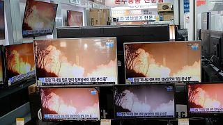 Des télévisions montrant, le 25 mars 2021 à Seoul, des images d'archives d'un lancement par la Corée du Nord d'un missile balistique.