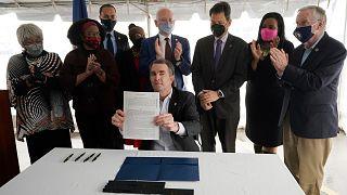 Le gouverneur de Virginie, signant le décret abolissant la peine de mort dans cet Etat du sud des Etats-Unis, le 24 mars 2021 au centre pénitencier de Greensville
