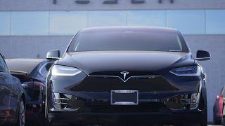 Ein Tesla-Modell steht in einem Autohaus