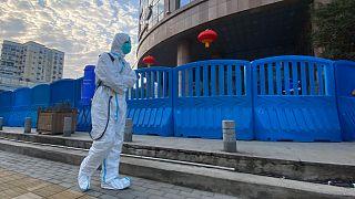 أحد موظفي تأمين الحماية لمستشفى ووهان المركزي حيث دق ناقوس الخطر في الأيام الأولى لظهور الوباء بالمدينة