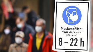 Schild in einer Fußgängerzone in Frankfurt erinnert an die Maskenpflicht, 28.10.2020