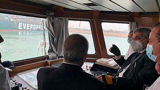 الفريق أسامة ربيع، رئيس هيئة قناة السويس، يتحدث إلى موظفين في الهيئة على متن قارب بالقرب من إيفر غيفن الأربعاء، 24 مارس 2021.