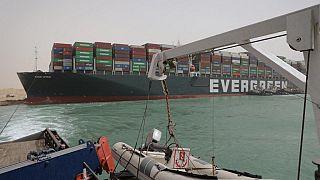 Süvey Kanalı'nda karaya oturarak deniz ulaşımının durmasına neden olan yük gemisi