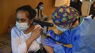 "Женщина вакцинируется препаратом ""Астразенека"" на севере Испании."