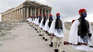 Membres de la garde présidentielle défilant devant le Parthénon à Athènes, à l'occasion du bicentenaire de l'indépendance de la Grèce - 25/03/2021