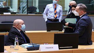 وزير الخارجية الفرنسي جون إيف لودريان يتحدث إلى وزير الخارجية الألماني هايكو ماس خلال اجتماع وزراء الخارجية الأوروبيين في مقر المجلس الأوروبي في بروكسل ، الاثنين 22 مارس 2021