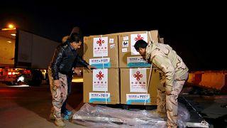 عسكريون عراقيون يتسلمون دفعة من لقاح سينوفارم الصيني في بغداد سابقاً في مارس 2021