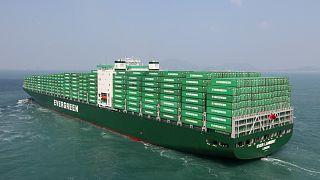 """8 Schlepper versuchen blockiertes Containerschiff aus dem Suezkanal zu """"befreien"""""""