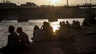 Am Ufer der Seine in Paris im März 2021