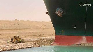 صورة للسفينة الضخمة العالقة في قناة السويس